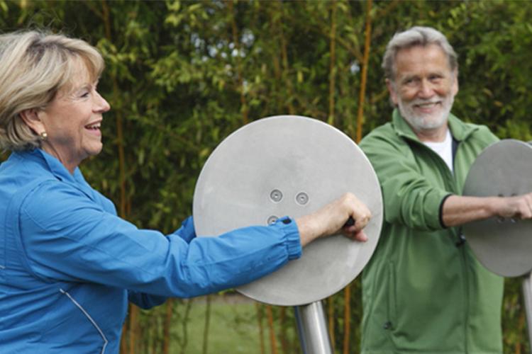 Ein Paar benutzt gemeinsam die Handkurbel, ein Trainingsgerät von Giro Vitale