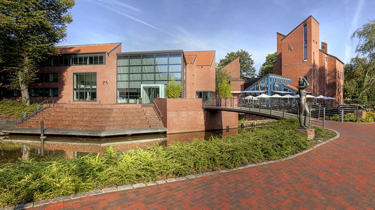 Kunsthalle Emden mit dem Wasser davor und den vielen roten Tönen durch die Backstein-Fassade