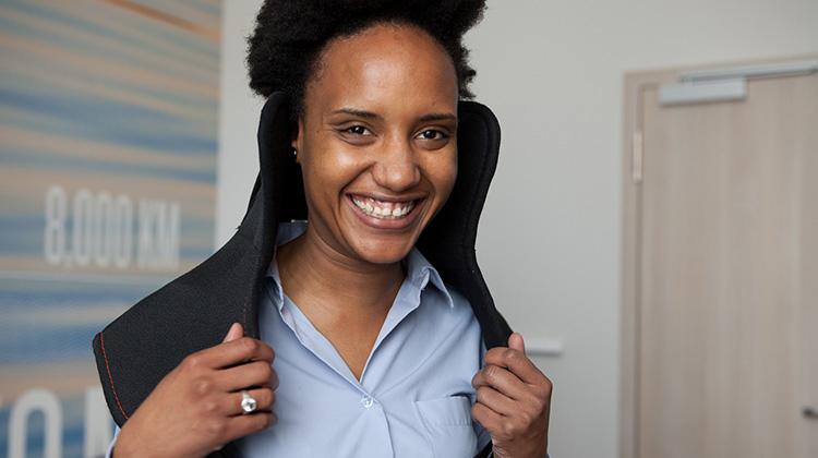 Mitarbeiterin des Scandic-Hotels trägt bei einer Schulung den grauwert Simulationsanzug.