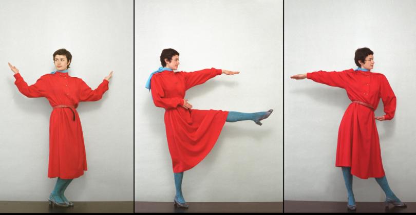 Frau tanzt im roten Kleid Buchstaben.Paulina Olowska Alphabet, 2005