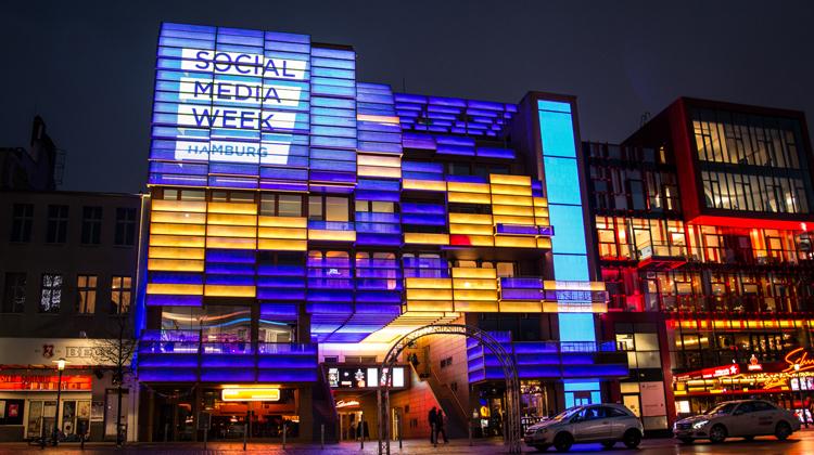 Das Logo der Social Media Week auf einer Fassade