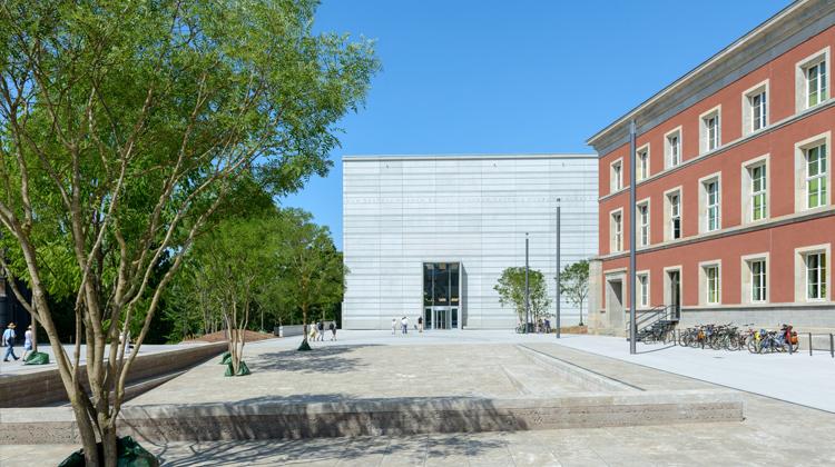 Vorplatz und Haupteingang des Bauhausmuseums Weimar (Klassik Stiftung Weimar)
