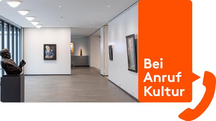 Blick in Ausstellung im Barlach-Haus kombiniert mit Logo Bei Anruf Kultur
